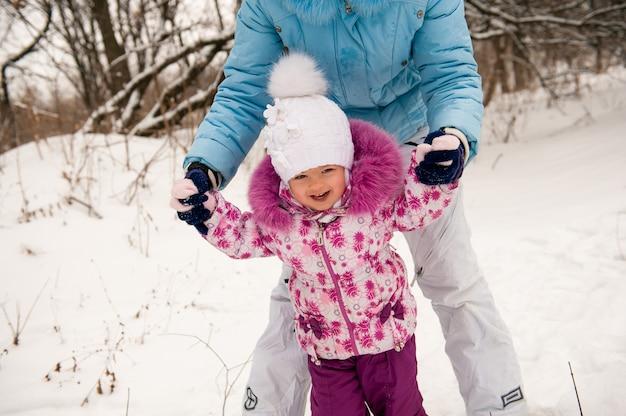 Moeder en haar dochtertje genieten van prachtige winterdag. Premium Foto