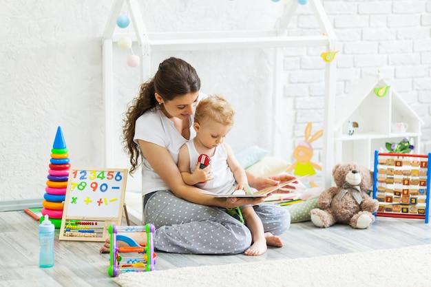 Moeder en haar zoon spelen samen indoor Premium Foto