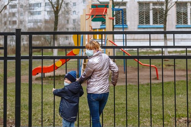 Moeder en kind draaiden zich plotseling om in medische maskers Premium Foto