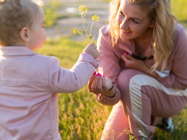 Moeder en kind met een bloem Gratis Foto