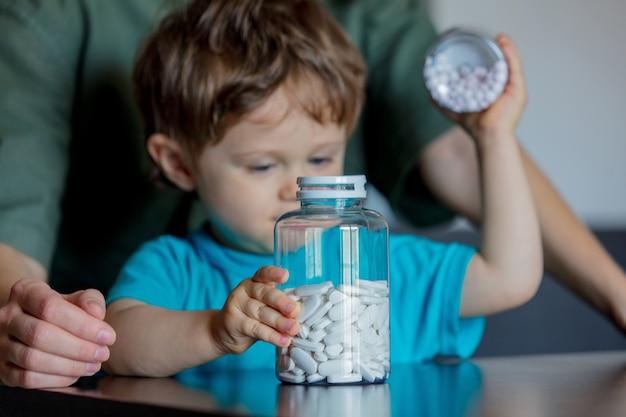 Moeder en kind met twee potten met pillen Premium Foto