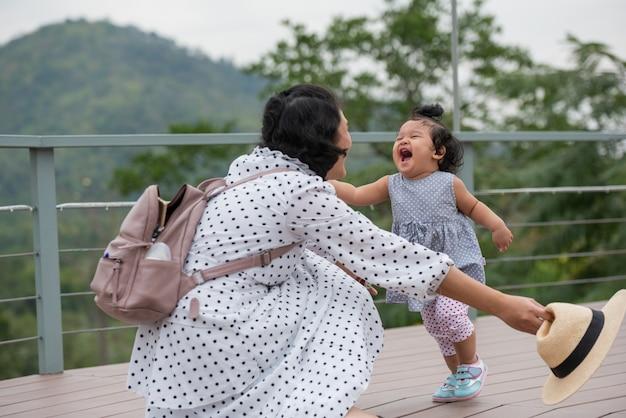 Moeder en kleine dochter spelen samen in een park Gratis Foto