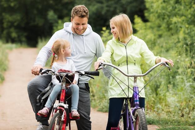 Moeder en vader fietsen met dochter Gratis Foto
