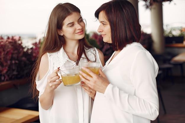 Moeder en volwassen dochter tijd samen doorbrengen Gratis Foto