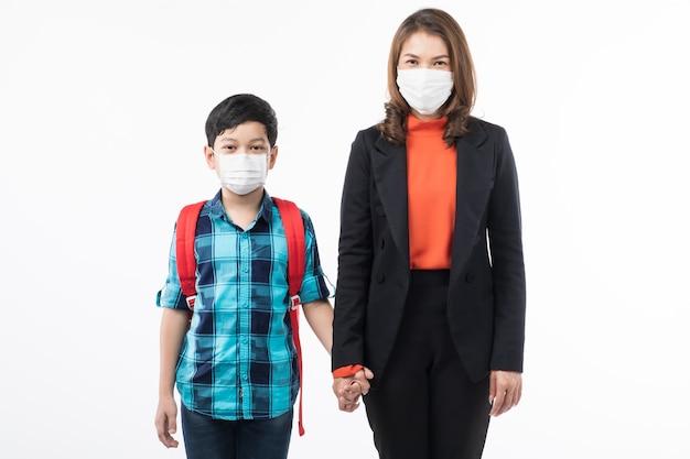 Moeder en zoon die chirurgisch masker dragen. Premium Foto
