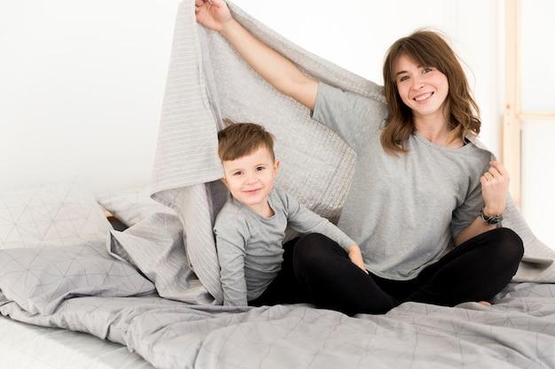 Moeder en zoon lagen in bed Gratis Foto