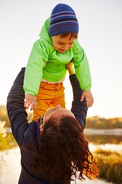 Moeder en zoon plezier aan het meer Gratis Foto