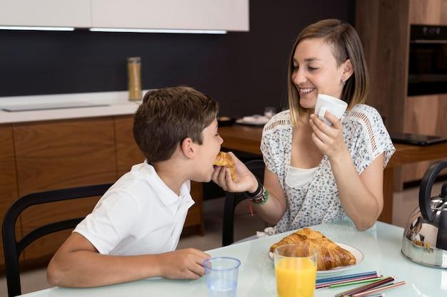 Moeder en zoon samen een snack Gratis Foto