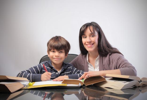 Moeder en zoon studeren Premium Foto