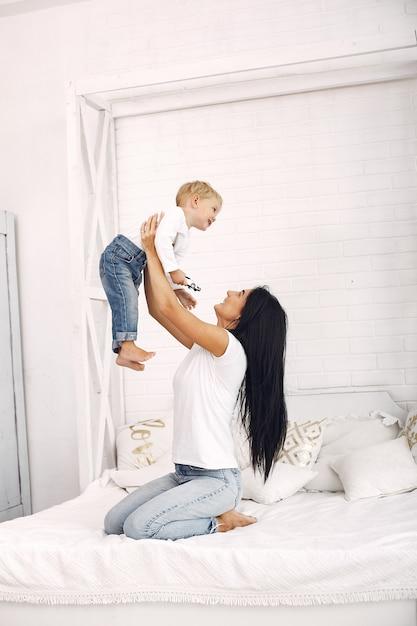 Moeder en zoontje hebben plezier thuis Gratis Foto