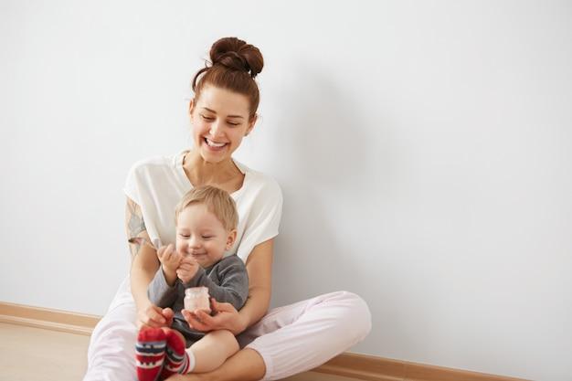 Moeder haar babyjongen voeden met lepel Gratis Foto
