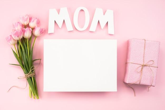 Moeder inscriptie met tulpen boeket en papier Gratis Foto