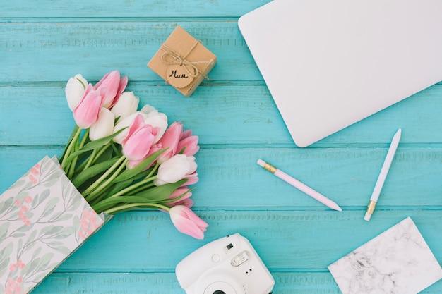 Moeder inscriptie met tulpen, camera en laptop Gratis Foto