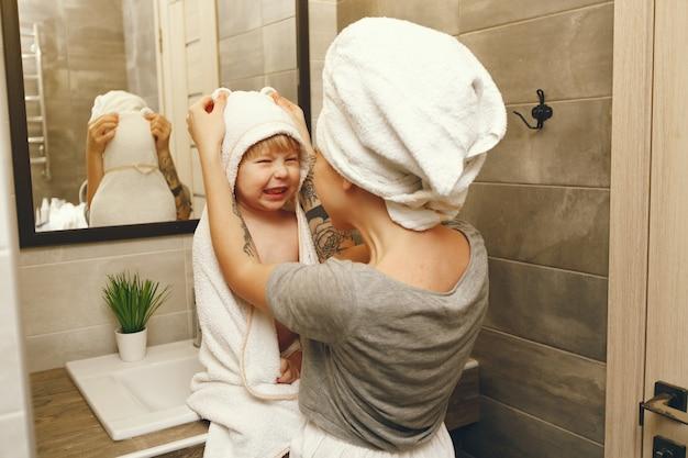 Moeder leert kleine zoon zijn tanden te poetsen Gratis Foto