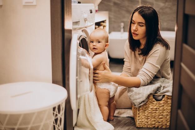 Moeder met babydochter thuis was doen Gratis Foto