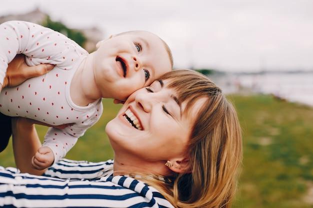 Moeder met dochter het spelen in een de zomerpark Gratis Foto