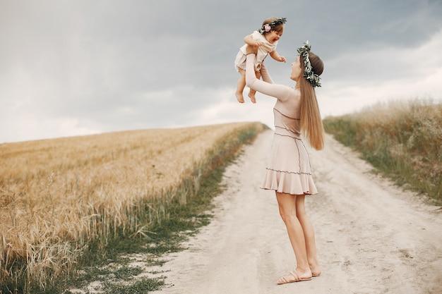 Moeder met dochter het spelen op een de zomergebied Gratis Foto