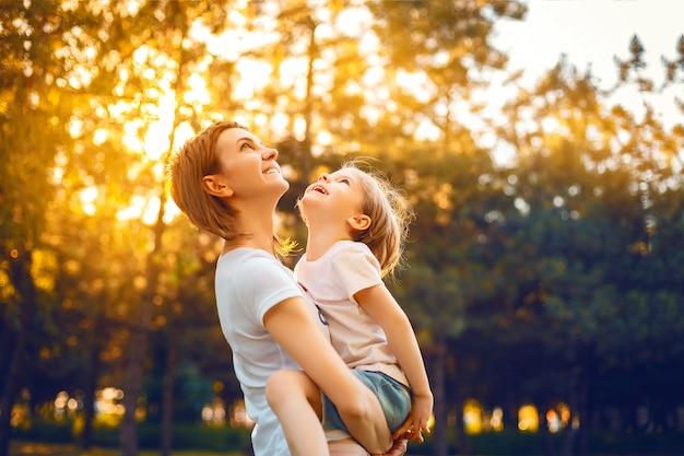 Moeder met dochter in bos Premium Foto