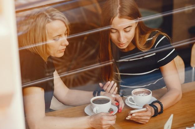 Moeder met dochter in een café Gratis Foto