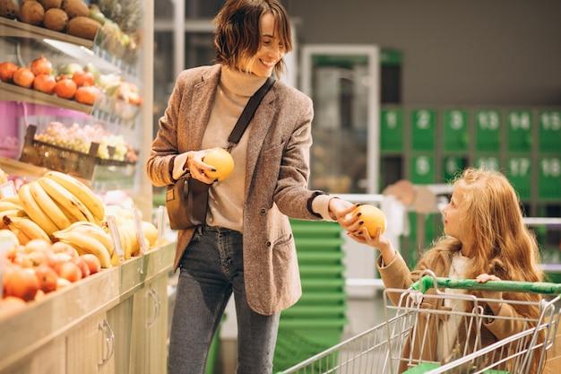 Moeder met dochter in een supermarkt Gratis Foto