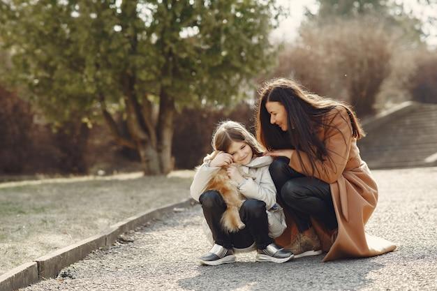 Moeder met dochter loopt buiten in maskers Gratis Foto