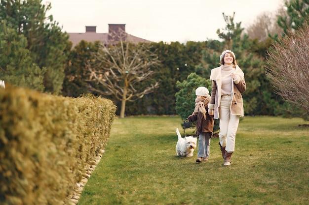 Moeder met dochter loopt met een hond Gratis Foto