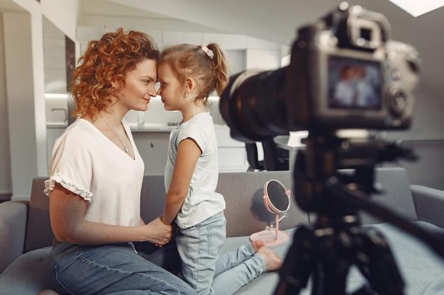 Moeder met dochter schiet een beautyblog Gratis Foto