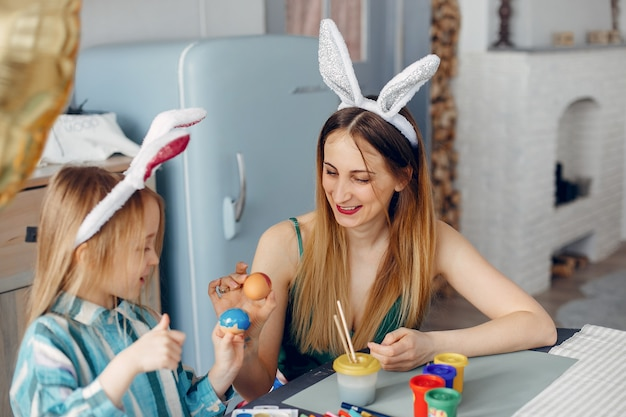 Moeder met dochtertje in een keuken Gratis Foto