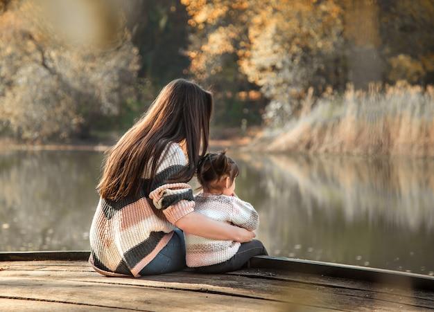 Moeder met dochtertje in herfst bos. Gratis Foto