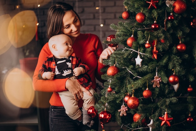 Moeder met haar babyjongen die kerstmis viert Gratis Foto
