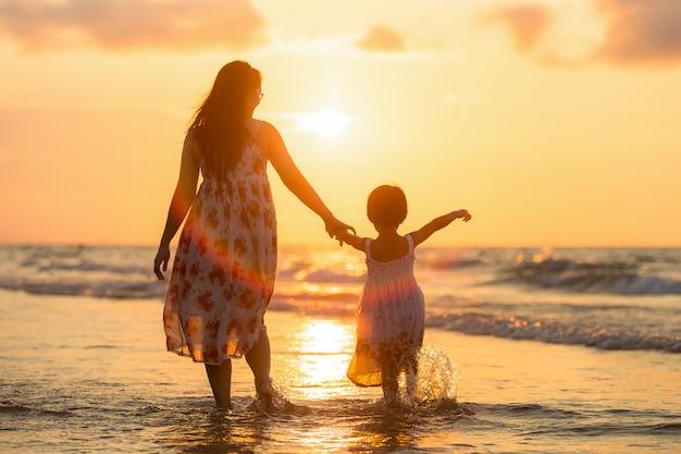 Moeder met haar dochter op het strand Premium Foto