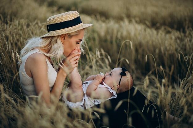 Moeder met haar dochtertje in veld Gratis Foto