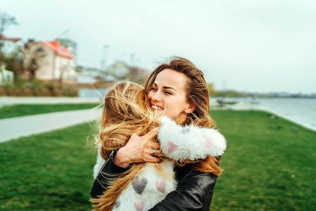 Moeder met haar dochtertje veel plezier in het park Premium Foto