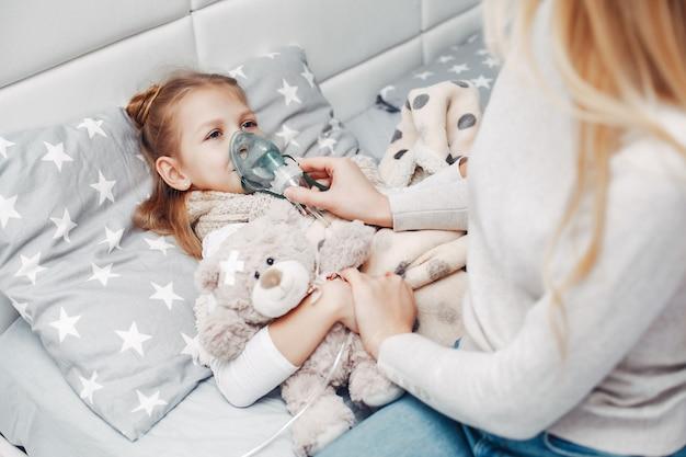 Moeder met haar illnes dochter in een slaapkamer Gratis Foto