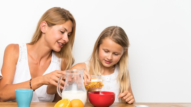 Moeder met haar twee kinderen aan het ontbijt Premium Foto