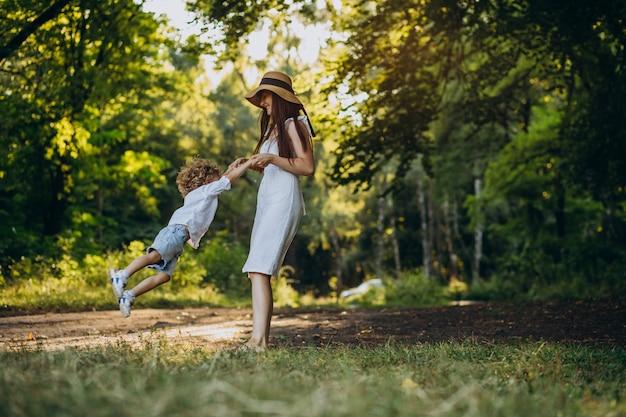 Moeder met haar zoon die pret in park heeft Gratis Foto