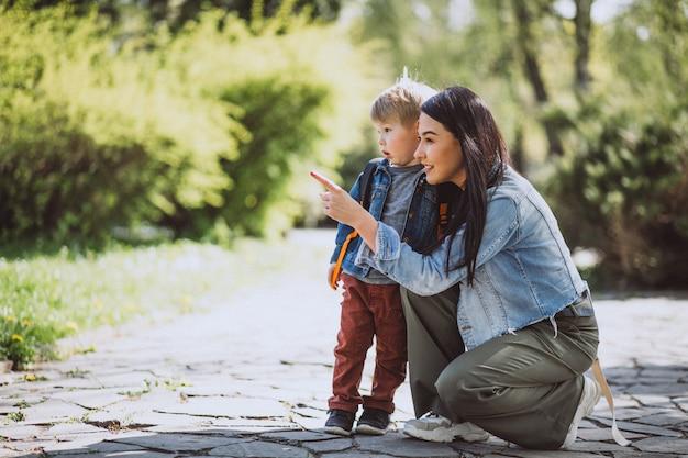 Moeder met haar zoontje plezier in park Gratis Foto