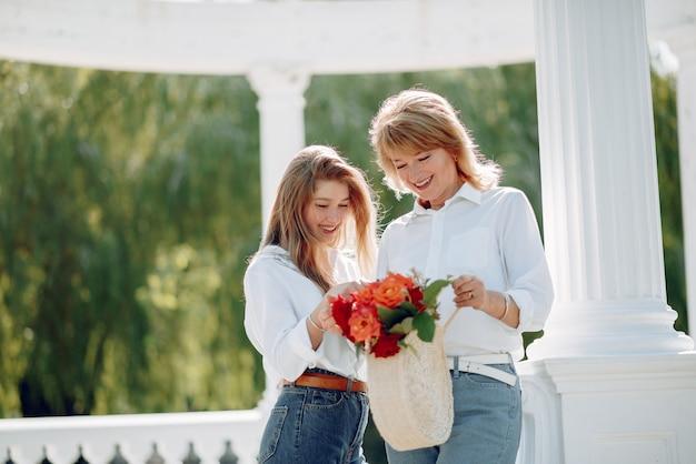 Moeder met jonge dochter in een zomer park Gratis Foto