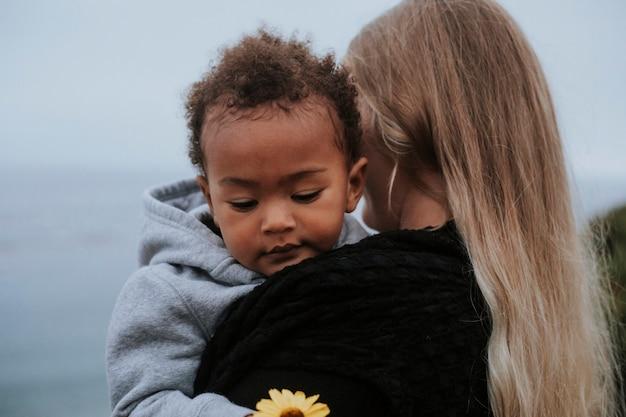 Moeder met jonge zoon aan het water Premium Foto