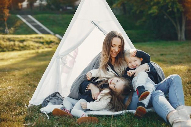 Moeder met kinderen die in een de zomerpark spelen Gratis Foto