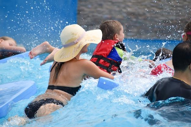 Moeder met kinderen in het waterpark Premium Foto
