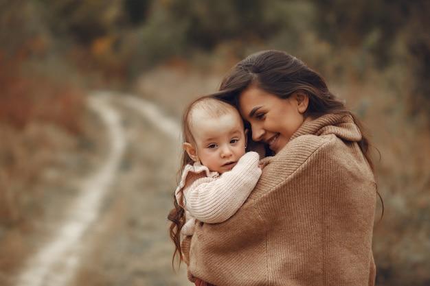 Moeder met kleine dochter die op een gebied speelt Gratis Foto