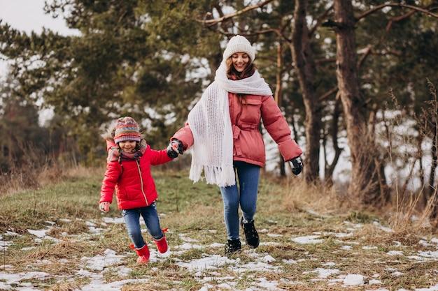 Moeder met kleine dochter in een winter forest Gratis Foto