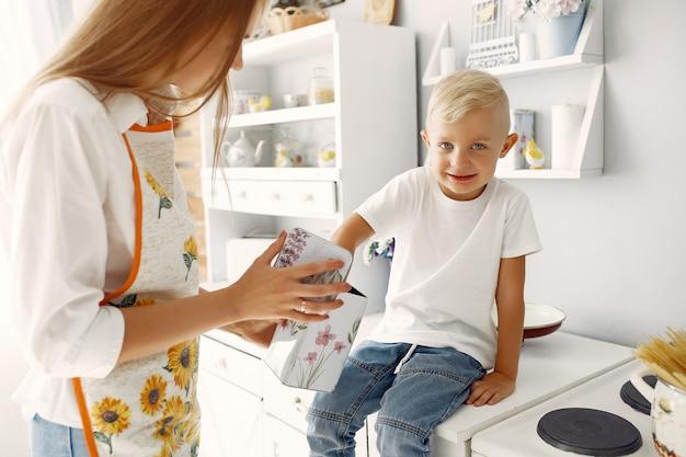 Moeder met kleine kinderen thuis koken Gratis Foto