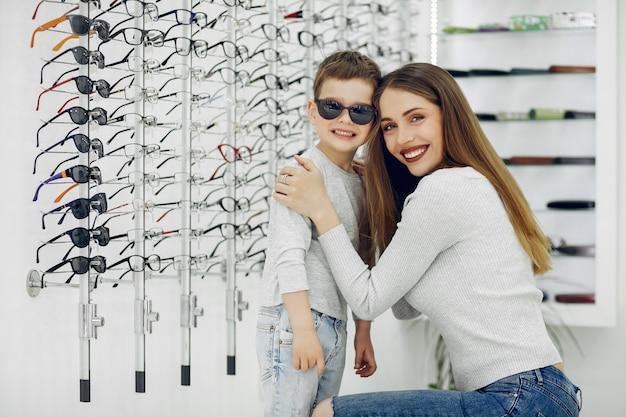 Moeder met kleine zoon in de bril winkel Gratis Foto
