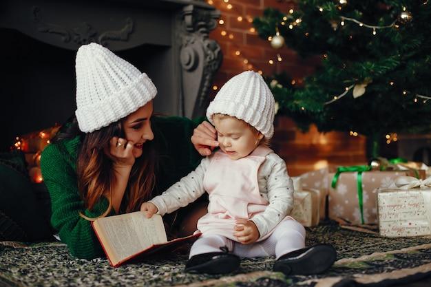 Moeder met schattige dochter thuis Gratis Foto