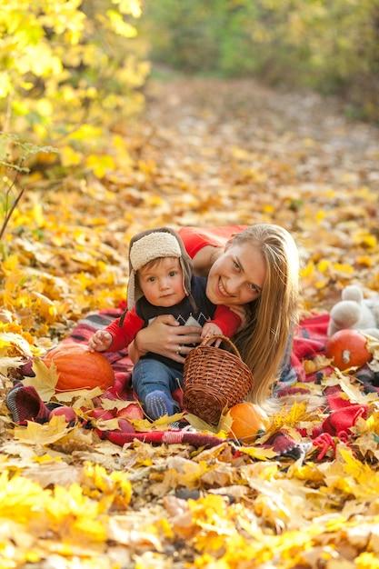 Moeder met schattige kleine baby camera kijken Gratis Foto