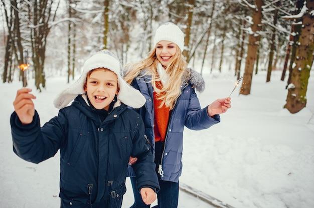 Moeder met schattige zoon in een winter-oark Gratis Foto