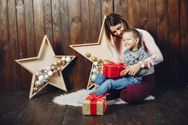 Moeder met schattige zoon vieren kerstmis Gratis Foto