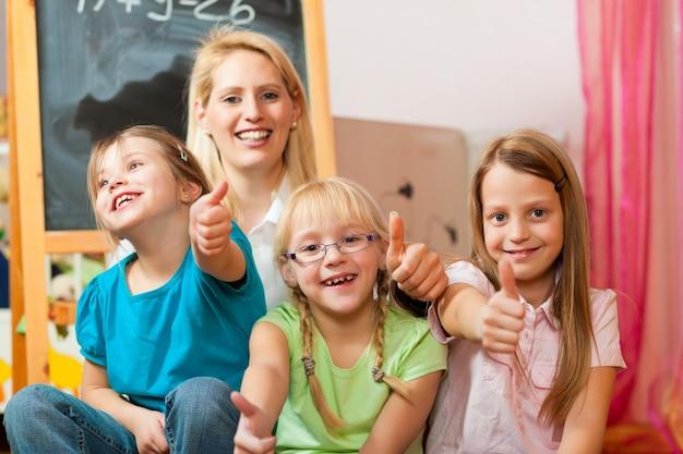 Moeder met schoolkinderen Premium Foto